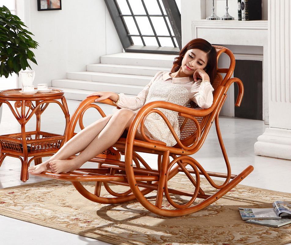 Девушка отдыхает в кресле фото